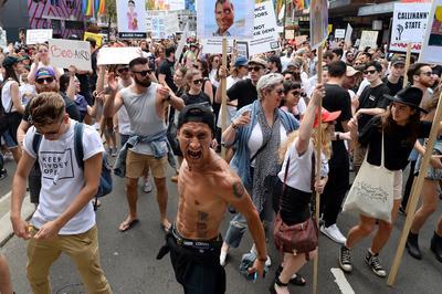 Sydney (Australia).- Los manifestantes que protestan en la calle Oxford en Sydney, Australia. Alrededor de 10.000 personas participaron en una manifestación en el centro de Sydney para protestar contra las leyes de bloqueo controversiales del gobierno estatal que prohíbe entrar a un  bar después de las 1:30 AM. Las leyes Prohíbe la entrada 1.30 AM y a las 3 AM últimas bebidas en toda la nueva Sydney CBD Entretenimiento Recinto. Las nuevas leyes son parte de la represión del gobierno de NSW sobre las drogas y la violencia de alcohol como combustible y también incluyen una amplia NSW-prohibición de venta de alcohol para llevar después de las 10 PM. EFE