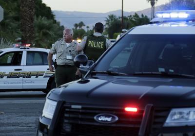 Palm Springs, California, EE.UU..- Los oficiales de policía asegurar el perímetro cerca del lugar en el que dos agentes del Departamento de Policía de Palm Springs murieron y otro resultó herido durante una llamada de disturbio doméstico en Palm Springs, California, EE.UU.. Los dos agentes, de 35 años de José Vega y Leslie Zerebny estaban tratando de hacer contacto con el sujeto en su residencia cuando abrió fuego matando e hiriendo a un tercer oficial. EFE