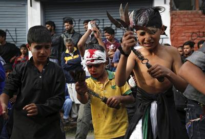 Srinagar Cachemira (India).-  Niños chiítas musulmanes flagelan a sí mismos, ya que participan en una procesión religiosa celebrada en el séptimo día del mes islámico de Muharram, en Srinagar, capital de verano de la Cachemira india. Muharram, el primer mes del calendario islámico, se observa en todo el mundo durante 10 días de luto en recuerdo del martirio del imán Husein, nieto del profeta Mahoma. EFE