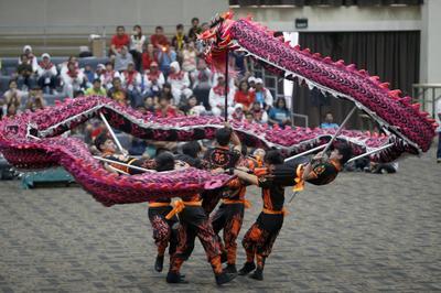 Yakarta (Indonesia).- Bailarines de Indonesia durante el Campeonato Mundial de la danza del dragón y el león, como parte del evento TAFISA mundo Deportes en Jakarta, Indonesia. Se llevó a cabo el acto de celebración de las culturas del mundo y tradicionan. EFE