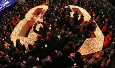Leipzig (Alemania).- Los visitantes de la Fiesta de las Luces Besucher coloque las velas en la forma de la figura del número 89 a Augustusplatz en Leipzig, Alemania. La ciudad conmemora la Revolución pacífica de 1989 en la anterior Alemania del este, con su Festival de la Luz anual. La consigna de los acontecimientos que marcan la ocasión es 'Mut, Werte, Veraenderung' ( 'El valor, los valores, el cambio'). El 09 de Octubre es una fecha especialmente importante: en ese día en 1989 a unas 70.000 personas se manifestaron contra el régimen comunista en Leipzig, en un momento de desafío popular que muchos consideran como el momento decisivo en la transformación de la RDA.  EFE