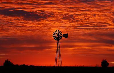 Blackwell, Oklahoma, EE.UU..- El sol se levanta detrás de un molino de viento en un pasto cerca Blackwell, Oklahoma. EFE