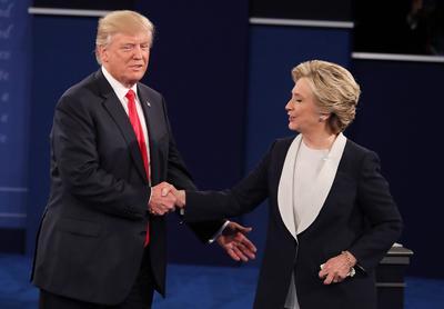 Al final del segundo debate entre Hillary Clinton y Donald Trump se dieron un apretón de mano.