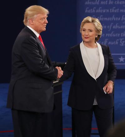 Trump amenazó con nombrar a un fiscal especial que investigue a Clinton por su uso de un servidor privado para manejar sus correos electrónicos profesionales cuando era secretaria de Estado (2009-2013) si llega a la Casa Blanca.