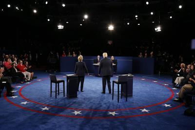 Durante el debate, el republicano aseguró que de ganar la Casa Blanca perseguiría criminalmente a Clinton por el uso de un correo privado durante su tiempo como Secretaria de Estado, y la criticó por frases usadas en discursos ante banqueros revelados por WikiLeaks.