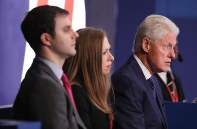 Envuelto en un escándalo por sus dichos sexistas, el magnate neoyorquino logró sacudirse las críticas y contraatacó llevando al debate a tres mujeres que acusan al expresidente Bill Clinton de abuso sexual.
