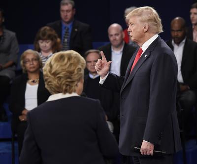 """En respuesta, el candidato republicano a la presidencia de Estados Unidos acusó a su rival demócrata de atacar a mujeres implicadas en las relaciones extramatrimoniales de Bill Clinton y prometió que """"estaría en prisión"""" si él fuera presidente."""