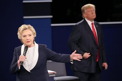 """Hillary Clinton declaró que los comentarios vulgares de Donald Trump sobre las mujeres revelan """"exactamente quién es"""" y demuestran su ineptitud para ser presidente."""