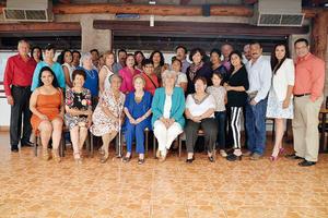 10102016 FESTEJA UN AñO MáS DE VIDA.  Celia Juárez muy contenta con los asistentes a su fiesta de cumpleaños.