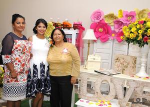 09102016 RECIENTE CELEBRACIóN.  Nayeli Ortiz Rodríguez acompañada por su mamá Irma Luz Rodríguez Castro y su suegra Silvia Reyes Herrera.