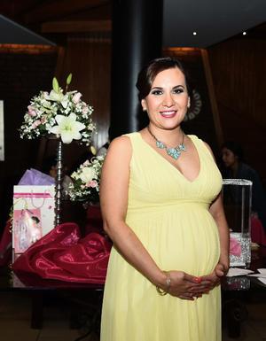 09102016 La futura mamá se encuentra muy contenta por el cercano nacimiento de su bebé.