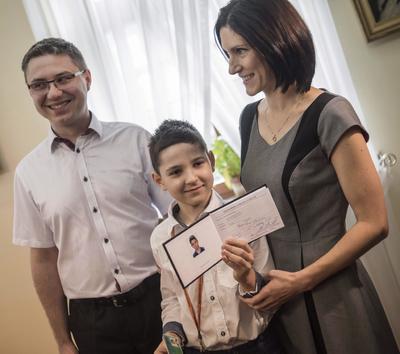 LUBLIN (POLONIA).- El joven polaco Kamil Wronski, de tan solo 8 años, posa junto a sus padres en la Universidad de Tecnología de Lublin, al este de Polonia. Kamil es el estudiante universitario más joven de toda Polonia. EFE