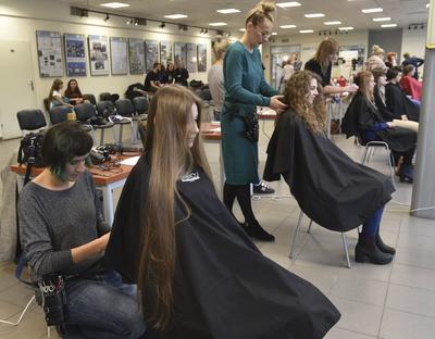 CRACOVIA (POLONIA).- Jóvenes polacas donan su pelo durante un evento benéfico celebrado en la galería GIL de la Universidad de Tecnología de Cracovia, Polonia. Docenas de mujeres donaron sus cabelleras en una inciativa organizada para recolectar pelo que será donado a los niños bajo tratamiento de quimioterapia. EFE