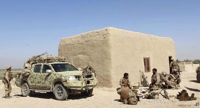 """HELMAND (AFGANISTÁN).- Miembros de las fuerzas de seguridad afgana se preparan para combatir a los talibanes en el segundo distrito de la provincia de Helmand, Afganistán. Los talibanes lograron entrar hoy durante unas horas en Lashkargah, capital de la conflictiva provincia meridional afgana de Helmand, antes de ser expulsados por las fuerzas de seguridad de la ciudad, donde continúan los combates. Esta mañana """"los talibanes lograron atravesar el cordón de seguridad y entrar en la ciudad, pero fueron de inmediato expulsados por las fuerzas de seguridad"""", indicó a Efe Hashim Alokozai, senador por la provincia de Helmand. EFE"""