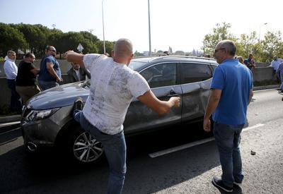 LISBOA (PORTUGAL).- Un taxista patea el vehículo de un conductor de Uber mientras los taxistas lusos protestan contra la anunciada legalización en el país de plataformas de transporte como Uber en Lisboa (Portugal). EFE