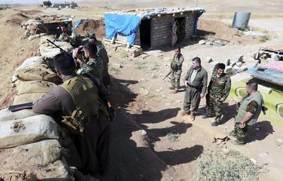 MOSUL (IRAK).- Combatientes kurdo-iraquíes de las fuerzas militares de Peshmerga de la ciudad de Basheqa se ponen en posición en la zona fronteriza de la guerra entre el grupo yihadista Estado Islámico (EI) y del Kurdistán iraquí, a 150 kilómetros de Erbil, Irak. El EI pretende aislar del mundo a los habitantes de Mosul, en el norte de Irak, con el corte de todas las comunicaciones, ante la inminente ofensiva de las fuerzas gubernamentales para liberar la ciudad. EFE