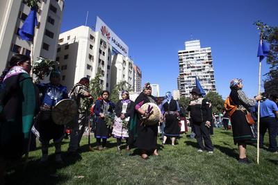 SANTIAGO DE CHILE (CHILE).- Un grupo de mapuches participa, de una marcha por la resistencia mapuche, en Santiago de Chile (Chile). Miles de personas se reunieron hoy en la capital chilena en una manifestación por la resistencia del pueblo Mapuche que finalizó con incidentes entre grupos de encapuchados y la Policía. EFE