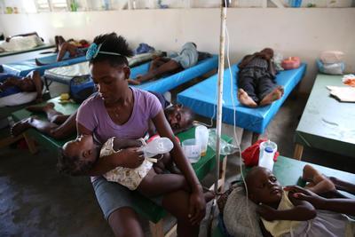 JEREMIE (HAITI).- Personas enfermas de cólera reciben atención médica, en el hospital Saint Antoine de Jeremie (Haití), tras el paso del huracán Matthew. La financiación es vital para apoyar la respuesta de las autoridades de Haití y la sociedad civil para cubrir las necesidades fundamentales de las poblaciones afectadas, tales como agua potable, alimentos y refugio para prevenir enfermedades infecciosas, señaló la ONU.EFE
