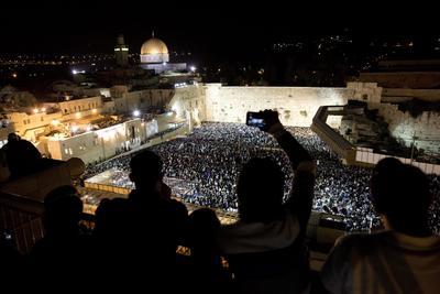 JERUSALÉN (ISRAEL).- Miles de israelíes toman parte en la ceremonia del perdón antes de la celebración del Yom Kippur, en el Muro de las lamentaciones en la ciudad vieja de Jerusalén (Israel). El Yom Kippur comenzará la noche del 11 de octubre, cuando el país entero iniciará el ayuno y jornadas de oración. EFE