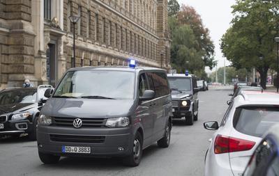 """DRESDE (ALEMANIA).- Un furgón policial traslada al sospechoso terrorista sirio Jaber Albakr a su llegada a un ribunal en Dresde, Alemania. La Policía de Sajonia detuvo hoy al joven refugiado sirio fugado el sábado tras hallarse en su domicilio en Chemnitz (este de Alemania) explosivos para cometer un atentado. La policía informó esta madrugada a través de su cuenta en Twitter del arresto en la cercana ciudad de Leipzig de Jaber Albakr, de 22 años y al que se consideraba """"peligroso"""". EFE"""