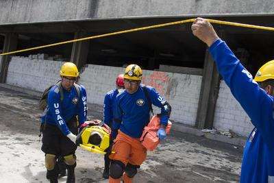 SAN SALVADOR (EL SALVADOR).- Cuerpos de socorro responden a un simulacro nacional de terremoto, en San Salvador. Unas 155.000 personas participaron en el Gran Simulacro Nacional, organizado por el Gobierno de El Salvador, en memoria de las víctimas del terremoto de 1986 y cuya finalidad fue evaluar la capacidad del país frente a desastres. EFE