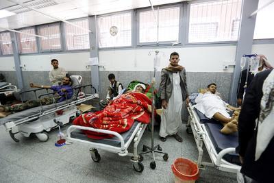 SANÁ (YEMEN).- Vista de vario de los heridos del pasado sábado cuando se produjo la masacre de 140 personas en un bombardeo contra el funeral de la madre de un prominente líder rebelde yemení en Saná, Yemen. La masacre ha desatado promesas de venganza y críticas internacionales, mientras que la coalición árabe, a quien se responsabiliza del ataque, ha negado lo ocurrido y ha prometido una investigación. El líder del movimiento rebelde de los hutíes, Abdelmalek al Huti, instó hoy a los yemeníes a luchar contra Arabia Saudí, que lidera dicha alianza, para vengar a las víctimas. EFE