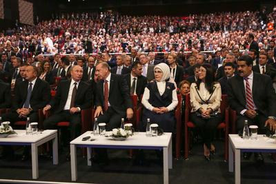 ESTAMBUL (TURQUÍA).- Fotografía cedida por prensa de Miraflores, de el presidente de Venezuela, Nicolás Maduro (d) y sus su homólogos de Rusia, Vladimir Putin (2i), y Turquía, Recep Tayyip Erdogan (3i), en el marco de la 23 edición del Congreso Mundial de la Energía en Estambul (Turquía). Rusia está dispuesta a adherirse a un acuerdo con otros productores de petróleo para congelar o cortar la oferta mundial de crudo, con el fin de estabilizar los precios del barril, aseguró hoy Vladímir Putin. EFE