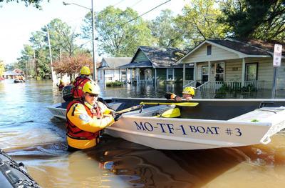 LUMBERTON (NC, EEUU).- Funcionarios de los equipos de búsqueda urbana y rescate de Missouri de la Agencia Federal de Manejo de Emergencias (FEMA, por su sigla en inglés), buscan residentes atrapados en sus casas a consecuencia del huracán Matthew en un barrio de la ciudad de Lumberton (Carolina del Norte) este martes 11 de octubre. Matthew, que barrió la costa noreste de Florida y tocó tierra el pasado sábado como huracán de categoría 1 en Carolina del Sur, ha dejado en EE.UU. un saldo de más de 25 muertos, según informaciones dadas hoy a conocer por los medios locales. EFE