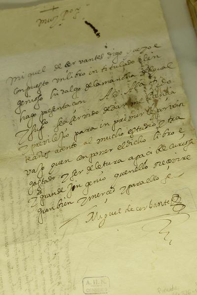 """VALLADOLID.- Detalle de la firma de Miguel de Cervantes en una carta dirigida al secretario del Consejo de Indias en 1582, primer documento en el que se puede contemplar la rúbrica del escritor, y que forma parte de la exposición """"Este que veis aquí... Cervantes en Simancas y en los Archivos Estatales"""", dedicada a la figura del ilustre escritor, que reúne por primera vez una serie de documentos manuscritos que nunca habían sido mostrados juntos al público. EFE"""