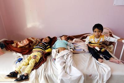 SANÁ (YEMEN).- Tres niños yemenís afectados por el cólera, reciben tratamiento médico en un hospital de Saná, en Yemen. Yemen ha anunciado de forma oficial la aparición de 11 casos de cólera y la sospecha de otros 17, surgidos la pasada semana en la población de Saná, según informaron varios medios. EFE
