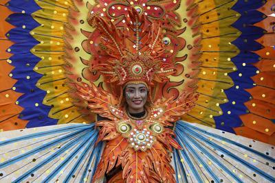 """DENPASAR (INDONESIA).- Una bailarina indonesia participa en un desfile celebrado en el ámbito del Foro Mundial de la Cultura en Denpasar, Bali (Indonesia). La isla organiza este foro del 10 al 14 de octubre bajo el lema """"Cultura par un plante sostenible y global"""". EFE"""
