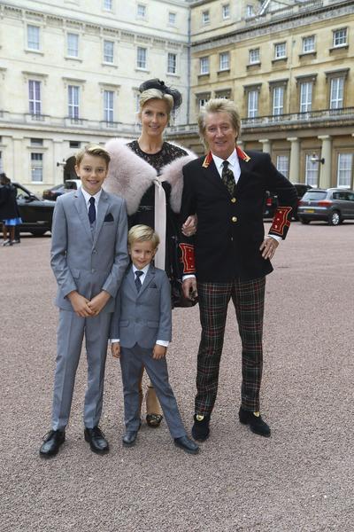 LONDRES (REINO UNIDO).- El cantante británico Rod Stewart (d), su mujer Penny Lancaster (2i) y sus hijos Alastair (i) y Aiden (d) posan al llegar al Palacio Buckingham en Londres (Reino Unido) donde ha sido nombrado caballero. EFE