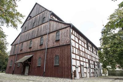 JAWOR (POLONIA).- Vista de la Iglesia de la Paz, en la que se está renovando el techo, en Jawor, Polonia. La Iglesia de la Paz en Jawar es una de las construcciones religiosas de madera más longevas del mundo. En 2001, fue inscrita en la lista de Patrimonio Mundial de la UNESCO. La iglesia fue construida entre 1654 y 1655 y fue diseñada por Albrecht von Saebisch. Las Iglesias por la Paz fueron creadas en la segunda mitad del siglo XVII, con motivo de la Paz de Westfalia, que puso fin a la Guerra de los Treinta Años. EFE