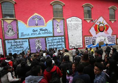 """LA PAZ (BOLIVIA).- Imagen del mural contra la Iglesia Católica, pintado en la fachada del Museo Nacional de Arte de La Paz (Bolivia). El mural, que fue pintado por el grupo feminista """"Mujeres Creando"""", escandalizó y desató protestas en la inauguración de la IX Bienal Internacional de Arte Contemporáneo Siart, que cuenta con la participación de más de 200 artistas de 26 países. EFE"""