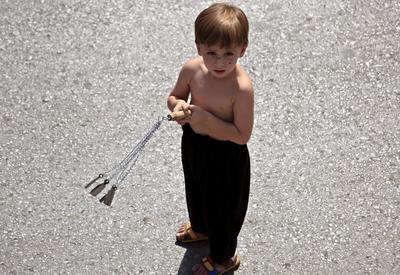 PESHAWAR (PAKISTÁN).- Un niño chií paquistaní se prepara para flagelarse en la víspera de conmemoración de la Ashura, en Peshawar (Pakistán). La población chií celebra el mes sagrado de muharram, cuya fiesta álgida es la Ashura que conmemora el martirio del imán Husein, nieto del profeta Mahoma. EFE