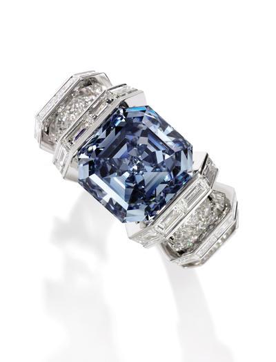 """LONDRES.- Fotografía facilitada por Sotheby's del diamante """"Sky blue"""", valorado en un máximo de 25 millones de dólares (22,5 millones de euros), que se exhibirá del 13 al 17 de octubre en la casa de subastas londinense antes de ser puesto a puja en Ginebra. El anillo, que se presentó hoy en Londres, fue armado por la joyería francesa Cartier. EFE"""