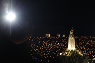 FÁTIMA (PORTUGAL).- Vista de una imagen de la Virgen de Fátima durante la Procesión de Velas durante la peregrinación, en Fátima, Portugal, 12 de Octubre de 2016. La peregrinación de octubre a Fatima marca la sexta aparición de Nuestra Señora de Fátima a los jóvenes pastores. EFE