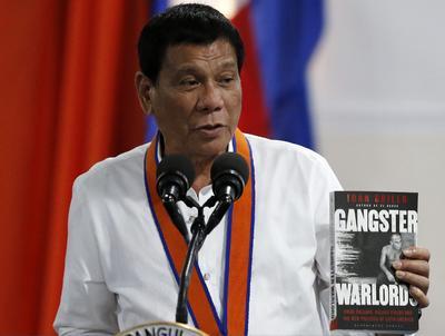 MANILA (FILIPINAS).- El presidente filipino, Rodrigo Duterte, visita la jefatura de la Guardia Costera en Manila (Filipinas). El polémico Duterte, de 71 años, ganó con aplastante mayoría las elecciones presidenciales del pasado 9 de mayo con, entre otras promesas, la de acabar con el problemas de las drogas en sus primeros seis meses de mandato. EFE