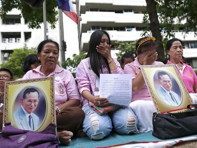 """BANGKOK (TAILANDIA).- Unas mujeres lloran mientras rezan por la salud del rey Bhumibol Adulyadej de Tailandia frente al hospital Siriraj, donde se encuentra ingresado, en Bangkok, Tailandia. La Casa Real de Tailandia suspendió hoy dos actos oficiales, tres días después de que el último comunicado médico calificara de """"inestable"""" el estado de salud del rey Bhumibol Adulyadej, ingresado desde hace más de un año en el hospital. EFE"""