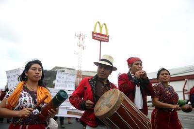 """CIUDAD DE GUATEMALA (GUATEMALA).- Indígenas y campesinos marchan pacíficamente en la capital de Guatemala. Los manifestante exigieron con la """"marcha por la dignidad y la resistencia"""" una ley de desarrollo rural integral y otra de regulación de aguas en el país. EFE"""
