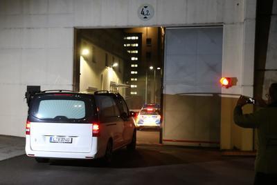 LEIPZIG (ALEMANIA).- Un vehículo fúnebre entra a un centro de reclusión JVA en Leipzig (Alemania). Según informaciones periodísticas, el sospechoso terrorista sirio Jaber Al-Bakr fue encontrado muerto en su celda en la prisión JVA después de un aparente suicidio. El ciudadano sirio de 22 años de edad, había estado huyendo desde una incursión antiterrorista en Chemnitz el domingo, 08 de octubre y fue capturado por sus compañeros en Leipzig el 10 de octubre. EFE