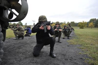 """SZCZECIN (POLONIA).- Entrenamiento militar de miembros de organizaciones """"prodefensa"""" en la 12 Brigada Mecanizada de Szczecin, Polonia. Se trata de adiestramiento a voluntarios llevado a cabo por militares profesionales. EFE"""