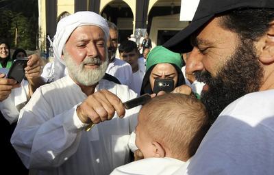 NABATIEH (LÍBANO).- Un clérigo musulmán chií libanés hace una incisión en la cabeza de un niño con una navaja durante la celebración de la festividad religiosa de la Achura (Ashura) en Nabatieh, en el sur del Líbano. La celebración de la Achura conmemora el aniversario del martirio del imán Husein, nieto del profeta Mahoma, y se celebra durante el mes islámico de muharram. EFE