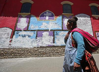 """LA PAZ (BOLIVIA).- Fotografía de un mural pintado en la fachada de un museo, por la agrupación feminista boliviana Mujeres Creando, crítico con la iglesia católica y el Gobierno boliviano, que fue cubierto con pintura blanca por un grupo de personas en La Paz (Bolivia). Todos los símbolos que hacían alusión a la Iglesia católica fueron cubiertos este martes por decenas de personas al tiempo que rezaban """"Ave Marías"""", según vídeos difundidos hoy en medios locales. EFE"""