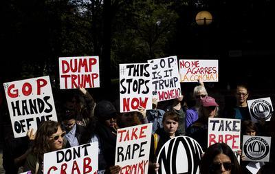 NY01. NUEVA YORK (ESTADOS UNIDOS), 12/10/2016.- Un grupo de personas convocadas por National of Women (NOW) protestan contra las declaraciones contra las mujeres hechas por el candidato republicano a la presidencia de Estados Unidos Donald Trump, en Nueva York (Estados Unidos). EFE
