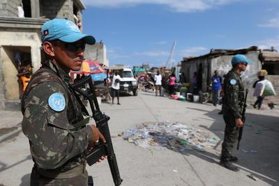 JEREMIE (HAITÍ).-- Cascos Azules de Brasil prestan apoyo de seguridad durante la distribución de alimentos donados por Programa Mundial de Alimentos en Jeremie (Haití). La desesperación empieza a cundir entre la población de Jeremie, en el suroeste de Haití, ante la falta de agua y alimentos, y es que ocho días después de que el huracán Matthew arrasara esta ciudad, la ayuda humanitaria no termina de llegar. EFE