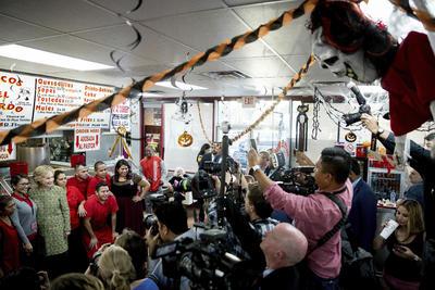 Las Vegas, Nevada.- La candidata presidencial demócrata Hillary Clinton, posa para fotografías con los trabajadores en Tacos el Gordo en Las Vegas, . (AP)