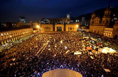 """BOGOTÁ (COLOMBIA). Miles de personas participan en la """"Marcha de las flores"""" que se realizó en Bogotá (Colombia). El evento congrega a 3.000 víctimas del conflicto y 7.000 indígenas, que culminaron la marcha en la Plaza de Bolivar en la capital. EFE"""