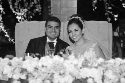 09102016 José y Karen muy contentos por su unión.