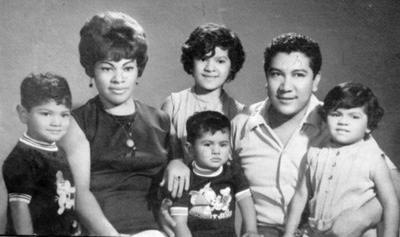 02102016 María del Socorro González (f) y Sr. Jesús Rocha (f) acompañados por sus hijos: Yolanda, Laura, Hugo y Jesús.